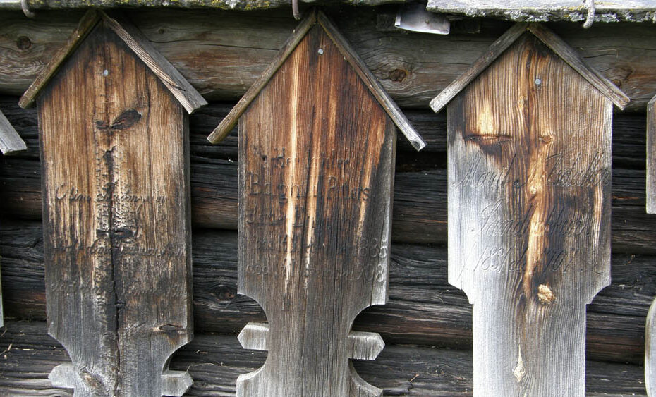 Wooden headstones at Sødorp kapell, Vinstra. Photo: ©Liv Marit Haakenstad, 2009.